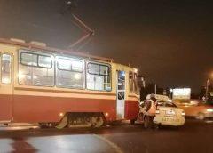 В Петербурге машина такси попала под трамвай